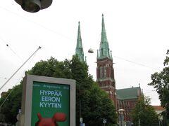 デザイン博物館の外へ出てきました。  目の前には、入館時には気が付かなかった二本の尖塔を持つ巨大な建物が。  1888年から1891年にかけて建設されたというルター派の教会、聖ヨハネス教会(Johanneksenkirkko)です。
