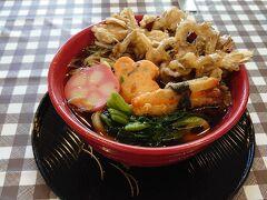 お腹すいたんで、えきまえで。天ぷらうどん 豪華じゃないけど、舞茸が主役 800円 つゆが私好みの濃さでした。汁は黒くて旨味が濃くないと食べた気しないね。