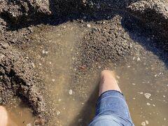 砂場では足を突っ込んで掘りお湯を出します!