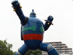 地下鉄に乗車する前に、駅前の公園にそびえたつ「鉄人28号」の像を見物します。 復興のシンボルとして作られたそうですが、阪神淡路大震災は1995年ですから既に25年前の出来事になっています。 大震災は忘れた頃にやってくると言いますが、東日本大震災もそんな感じですよね。 次は東京直下型と言われてますが・・・