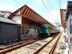 戸越銀座駅から出発。緑の車体にレトロ感あり。三両編成です。駅の木道がちょっと素敵。