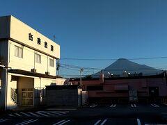 本日は、晴天なり。巡業前、岳南鉄道の本社前から、早秋の富岳を眺むる。。