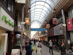 武蔵小山商店街へ入ります。雨の日の買い物はらくちん。
