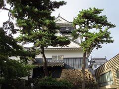 岡崎城を見学します。受付で入城料金200円を支払います。