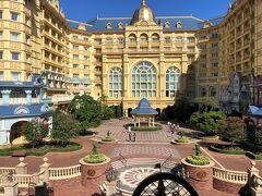 千葉県浦安市舞浜『Tokyo Disneyland Hotel』  東京ディズニーリゾートにある『東京ディズニーランドホテル』の 外観の写真。  モノレール「ディズニーリゾートライン」に乗車中にパチリ。