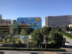 千葉県浦安市舞浜『Hilton Tokyo Bay』  東京ディズニーリゾートにあるホテル『ヒルトン東京ベイ』の 外観の写真。  お隣に建ったブルーの外観のホテルは?  <『ヒルトン東京ベイ』宿泊記(1) ヒルトン・オナーズのダイヤモンドメンバーのアップグレード特典で ホテルライフを楽しもう〔第5弾〕クラブラウンジ>  https://4travel.jp/travelogue/11448936  <『ヒルトン東京ベイ』宿泊記(2)ヒルトン・オナーズの ダイヤモンドメンバー特典で「ヒルトンルーム」から 「セレブリオスイート(海側:80㎡)」にアップグレード♪>  https://4travel.jp/travelogue/11487891  <『ヒルトン東京ベイ』宿泊記(3)【セレブリオラウンジ】の カクテルタイム、スパ&フィットネス【リビスタ】 (ジム、室内プール、サウナ、温浴施設)>  https://4travel.jp/travelogue/11536217  <『ヒルトン東京ベイ』宿泊記(4)朝ごはん編【セレブリオラウンジ】 【ラウンジオー】【フォレストガーデン】【アチェンド】【シルバ】の 朝食ブッフェ>  https://4travel.jp/travelogue/11550022