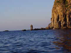 ポツンと立っている岩がローソク岩です。