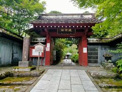 憾満ヶ淵から東照宮へ向かう途中見つけた浄光寺 朱塗りの立派な山門に惹かれて立ち寄りました。