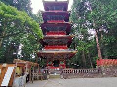 鳥居をくぐってすぐ左側にあるのが五重塔 高さが36mあるこの五重塔は1650年に、小浜藩主の酒井忠勝により寄進されたもの。 初層から4層までは和様の並行垂木で造られているのに対し、1番上の5層部分のみが唐様の扇垂木で造られている珍しい塔です。