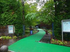 午前中に神奈川県の自宅を出て軽食を頂き、最初の目的地に到着します。  自宅付近は小雨でしたが、この日は神奈川県の一部や東京の一部ではかなりの豪雨も観測されたようで、台風14号の余波はあります。  着いた目的地は山中湖から至近の森の水族館です。