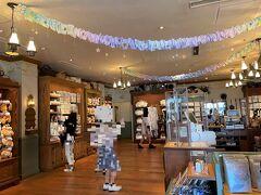 千葉県浦安市舞浜『東京ディズニーシー(TDS)』 アメリカンウォーターフロント  ショップ【アーント・ペグズ・ヴィレッジストア】の店内の写真。  少しだけ「ダッフィー&フレンズのスターリードリームス」のデコが あります。