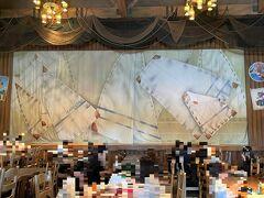 千葉県浦安市舞浜『東京ディズニーシー(TDS)』 アメリカンウォーターフロント  【ケープコッド・クックオフ】のステージの写真。  コロナの影響でダッフィーのショー「マイ・フレンド・ダッフィー」 は休止中。  テラス席でいただきます。
