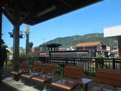 若狭本郷駅 観たことあるなぁと思ったのは、大阪の花博で風車の駅の駅舎だった建物と機関車の義経号のレプリカ。 この辺りは海水浴場などが多い為か、JRの駅舎は観光案内所併設で駅舎もなかなか素敵です。