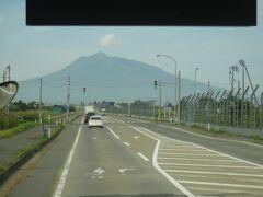 バスの窓から見える「岩木山」。