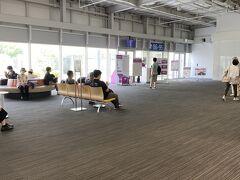 第二ターミナルです。案外人が居ます。