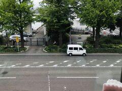 案内されたのは外を眺めることができる窓際のお席。  横浜山下公園通りが見えています。  奥にはチラッと海も。
