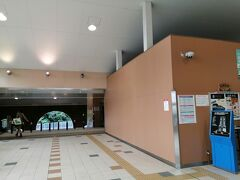 ホテルがあるりんくうタウン駅から南海電車に乗り、特急サザンで和歌山方面へ向かいます。 泉佐野駅で乗り換えのため降りると、すぐ前のホームに特急サザンが来ました。 階段を使わずに乗り換えできて、とてもスムーズでした(^^)/  まずは「和歌山大学前駅」で降ります。