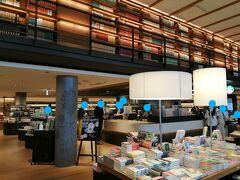 駅直結の施設「キーノ和歌山」  2階建ての施設で、1階にこだわりのスーパーや蔦屋書店、スターバックスがありました。 蔦屋書店の一角