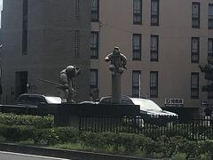 五条大橋の近くに牛若丸と弁慶の像。 道路の真ん中にあるから見に行きにくい。