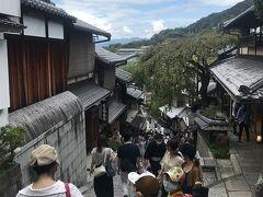 清水坂を下って、『産寧坂』へ。 清水寺一番の賑わい通りです。