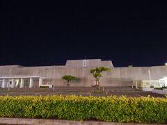 ゆいレールでおもろまちへ。 夜のおもろまち新都心を散歩しに来ました。 昼間は暑いので、この時間がちょうどいいです。  沖縄県立博物館・美術館はコロナで休館中でした。