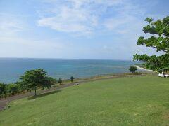 台風が何処かへと去って行ったので、再び青空の沖縄になりました。  今日は、今まであまり行ってない南部方面へのドライブです。  知念岬公園あたりへと行きました。
