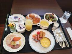 翌日の朝食です。 コロナ禍なのでビュッフェではなく、和食か洋食の定食のみでしたので、私は洋食を選択しました。 ボリューム的にも問題なく、美味しくいただけました。
