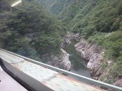 米坂線の景勝地、「赤芝峡」 紅葉の名所だ。明るいうちに見られてよかった。 このあたりが新潟・山形県境。
