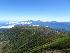 小蓮華山から白馬大池方面を振り返ると、奥には妙高山・火打山や高妻山