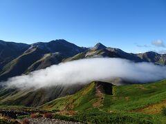 雪倉岳に登る途中、ガスが晴れて白馬岳と旭岳が見えました♪ しかし、山頂では再びガスってしまいました。。。