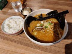 札幌 新千歳空港 白樺山荘の味噌ラーメン味玉付き、美味しく頂きました。 なぜかライスが食べたくなります。笑