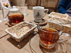 夕食前に散歩に出て札幌駅アピア地下1階にあるステラおばさんのクッキー店で休憩しました。店内でクッキーとお茶ができるスペースがありました。