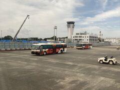 熊本空港に到着しました。 バスでターミナルに移動しました。