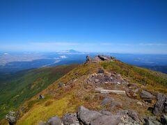 北に鳥海山(秋田県との境、標高2,236m)も手が届く。