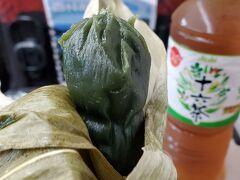 新幹線トキの中で、先ほど購入した笹だんごを食べます。中にあんこが入っていました。笹には殺菌作用が有るんですね。