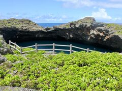 『通り池』 下地島北部の海岸近くにある大小2つの池で 海側の池が、直径75m  水深45m 陸側の池が、直径55m  水深25m これら2つの池が地下部分でつながっている。 海側の池は洞穴で通じている。 通り池との名称は、この構造に由来する。 この地形は、海岸にあった鍾乳洞が波に よって侵食され大きくなり天井が部分的に 崩落した所に海水が侵入したもの。 〈Wikipedia 参照〉