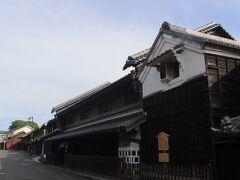 竹田邸の並びにある小塚邸。  1階には格子窓、2階には塗籠壁、屋根の両妻にはうだつがあり、重厚広荘な絞問屋の建物をよく残しています。