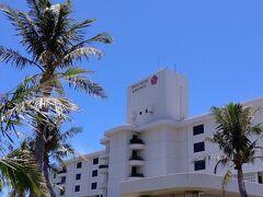 30分ほどで東急ホテル&リゾーツに到着しました。 目の覚めるような青空になりました!うれしいな♪  昨年お世話になってから ホスピタリティーと立地の良さに大ファンになりました。 子どもたちも、宮古島へ行くならここ以外考えられない!と言いはります。(他のホテルを知らないのにね…笑)  いわゆるファミリーリゾートホテルです。 ラグジュアリーなホテルとは違い、気軽な居心地の良さと温かみが魅力なのだと思います。