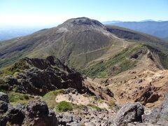 正面には、茶臼岳/E1,915mがドーン! では、山頂からの展望を眺めてみましょう。