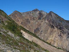 先ほど登頂した朝日岳を眺めます。 表紙はこの画像に決まりだな。
