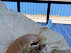 道の駅流氷街道網走で昼食をとります。網走バーガーにしました。鮭と長芋が入っていて美味しかったです。