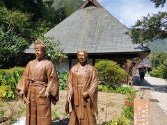 椎葉村の観光の中心地、鶴富屋敷。 ここも中は有料だったので外から銅像だけ(笑)