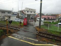 本吉原駅(戻るときに撮影)。 駅の向こう側に、岳南電車とその親会社の岳南鉄道の本社が見える。  昨年来たときにはここで降りて、先ほどの吉原本町駅まで歩いた。