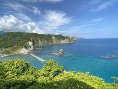 黄金岬展望台に登るとコバルトブルーの美しい景色が見られる。