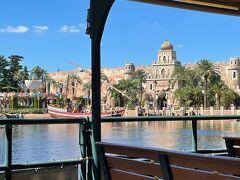 蒸気船【ディズニーシー・トランジットスチーマーライン】に 乗船中に撮った写真。  アラビアンコーストを通過していきます。