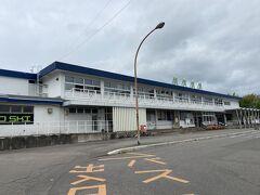 地方都市にあるこじんまりとした駅舎だ。ここに新幹線がやってくるというのだがら立派なものだ。