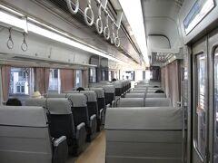 松阪から津へと移動します。 ごく短い距離だしJRでも近鉄でもOKなので、深く考えずに松阪駅に向かったところ、改札の先に『快速みえ』がちょうど滑り込んで来ました。 「お、空いとる」と、これまた深く考えずにICカードで改札を抜けて乗り込みます。  異様に揺れる車内でコーヒーを吹いていると車掌さんが検札に来られましたのでICカードを提示します。 すると車掌さん曰く 「このままICカードで改札を出ると近鉄の料金(ちょっと高い)を徴収されるので、改札で申し出てください」とのこと。  良いことを聞きました。ご親切にありがとうございます。  改札で申し出ると、なんとJR線ではICカードは使えないとのこと。 それはそれは…ご迷惑をおかけしました。 JR職員さんの優しいご対応に頭が下がりました。