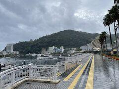 荷物を預けてプールへ。 台風ですが海は静かでした。