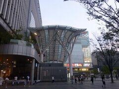 およそ1時間半の飛行で福岡空港へ着陸。 直結する地下鉄、空港線で2駅、博多へとうちゃく。 都市へのアクセスがとても良い大空港です。  博多口はセンスのよいおしゃれな建物で囲まれています。