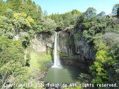 五老ヶ滝  通潤山荘から東に遊歩道を下りて行くとある通潤橋の下流にある滝です。 滝つぼの仙者ケ淵に降りる道は熊本地震の後に閉鎖されたままでした。   五老ヶ滝:https://ja.wikipedia.org/wiki/%E4%BA%94%E8%80%81%E3%83%B6%E6%BB%9D 通潤山荘:https://ja.wikipedia.org/wiki/%E9%80%9A%E6%BD%A4%E5%B1%B1%E8%8D%98 熊本地震:https://ja.wikipedia.org/wiki/%E7%86%8A%E6%9C%AC%E5%9C%B0%E9%9C%87_(2016%E5%B9%B4)